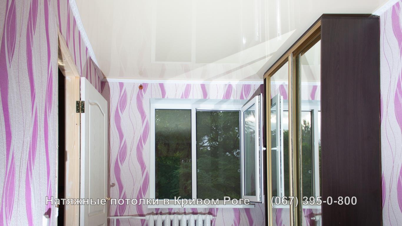 Обвод шкафа купе в комнате с натяжными потолками