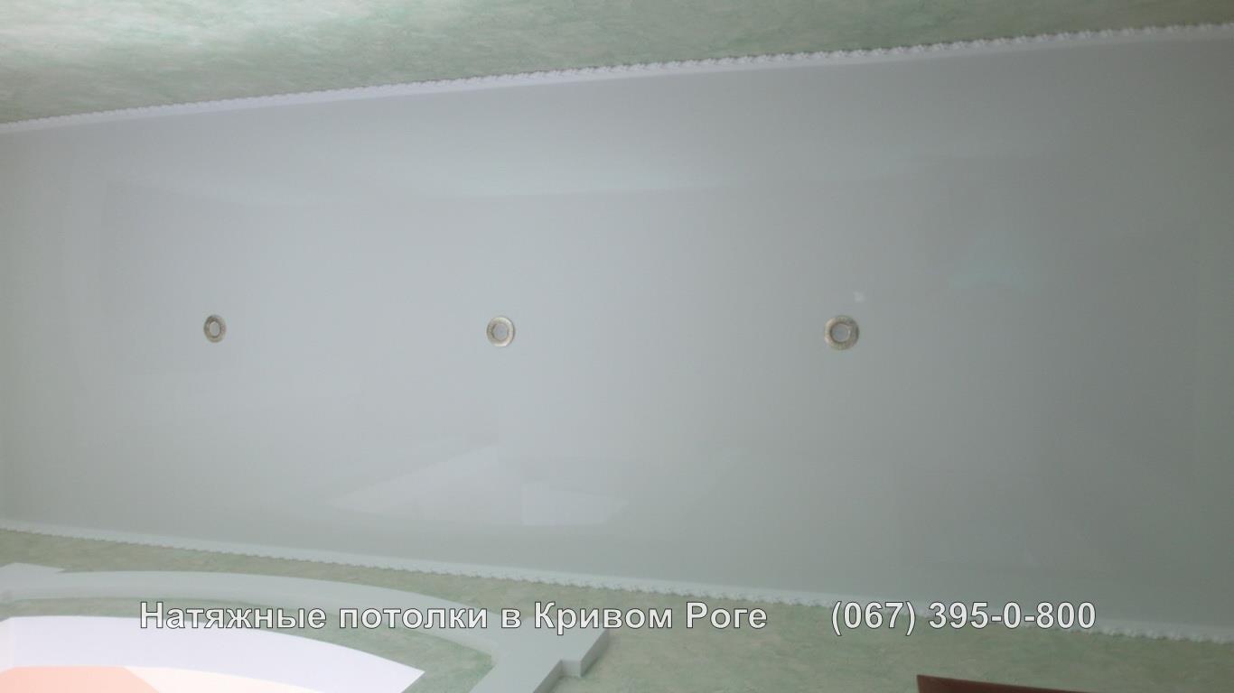 Зеркальный глянцевый натяжной потолок в коридор