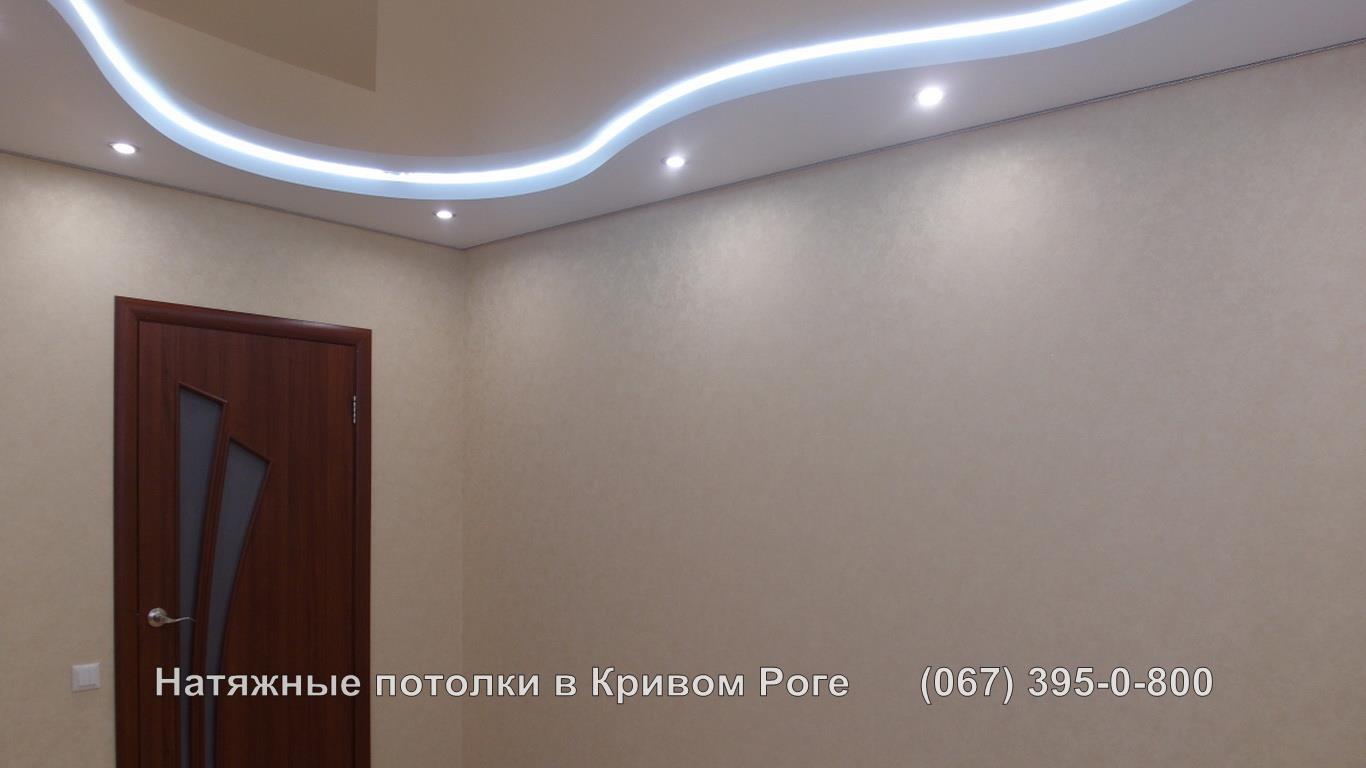 Двухуровневый натяжной потолок со светодиодной лентой