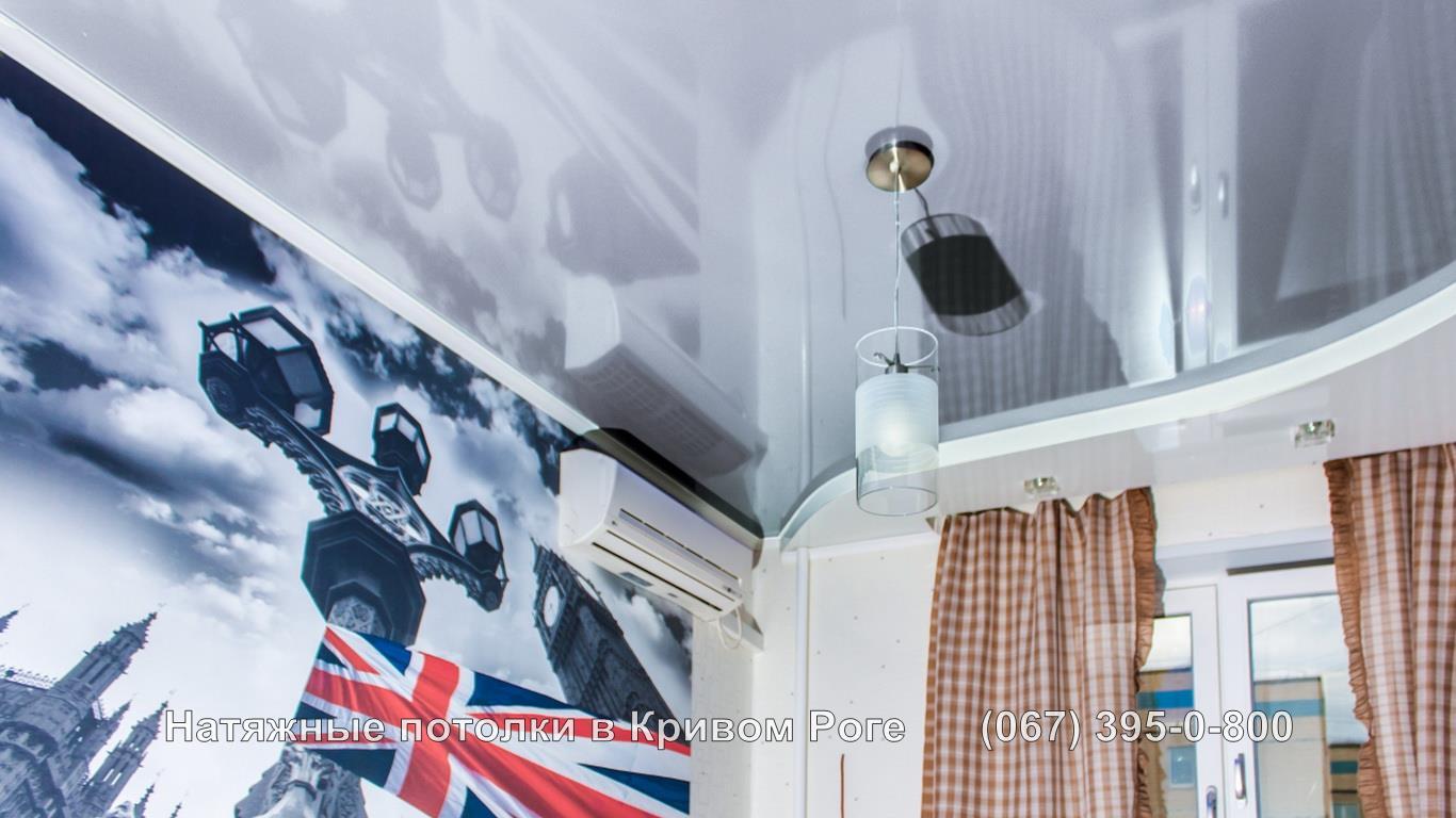 Глянцевый натяжной потолок универсален в хай тек дизайне комнаты
