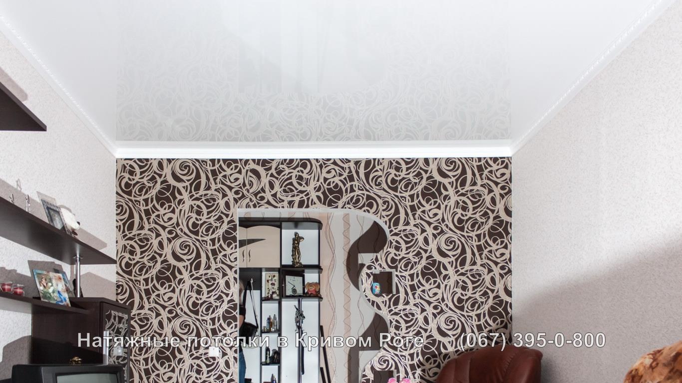 Глянцевый натяжной потолок с багетом